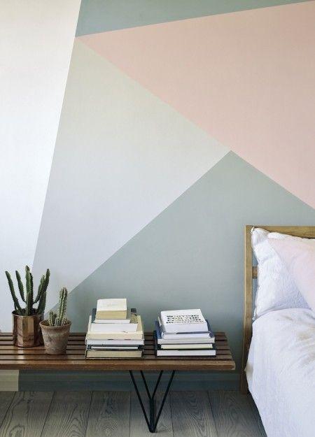 Motivos geométricos en las paredes de una habitación