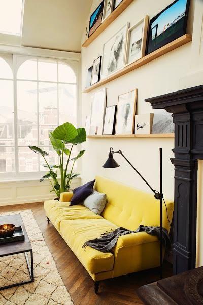 Contraste de color con un sofá mostaza