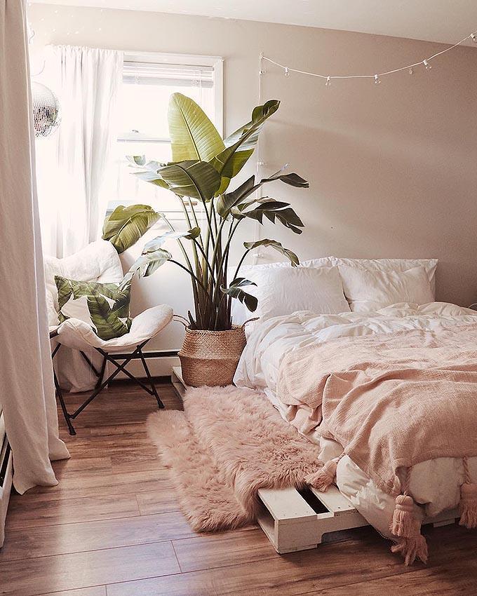 Como conseguir el dormitorio Boho Chic perfecto. Las plantas son fundamentales en una habitación Boho