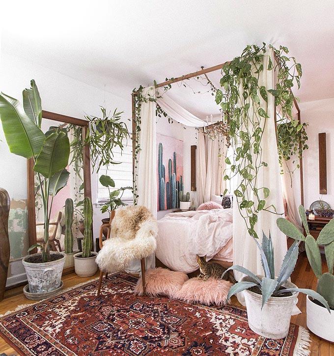 Como conseguir el dormitorio Boho Chic perfecto. Las plantas son imprescindibles en una habitación Boho