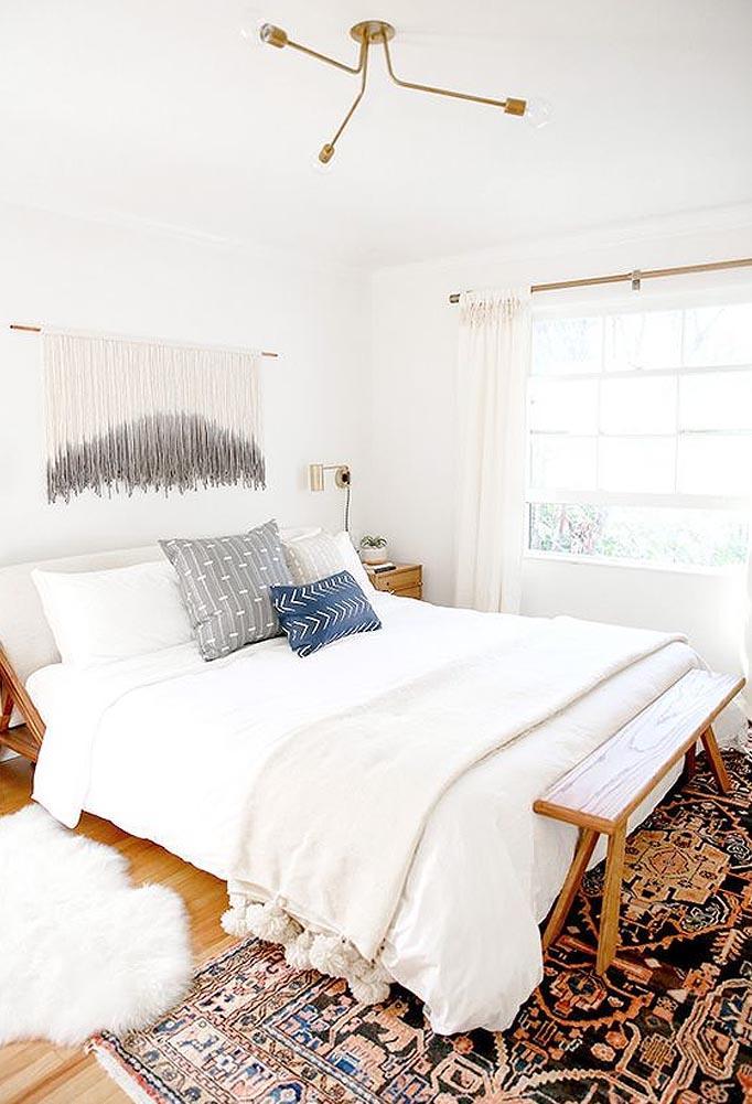 Como conseguir el dormitorio Boho Chic perfecto. Las paredes de colores neutros son claras de este estilo.